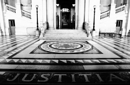 Inscription Justitia Palais de Justice de PARIS © Cabinet MCE - Marie Camille ECK, Avocat au Barreau de PARIS