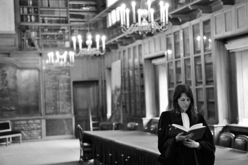 Maître Marie Camille ECK lisant dans la bibliothèque de l'Ordre des Avocats © Cabinet MCE - Marie Camille ECK, Avocat au Barreau de PARIS