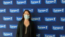 Marie-Camille ECK devant un mur avec le logo Europe 1