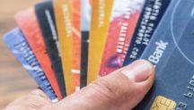 Cartes de crédits dans une main blanche